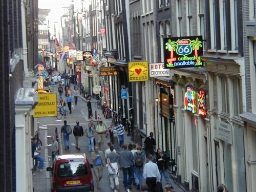 La calle Warmoesstraat, animada y bulliciosa